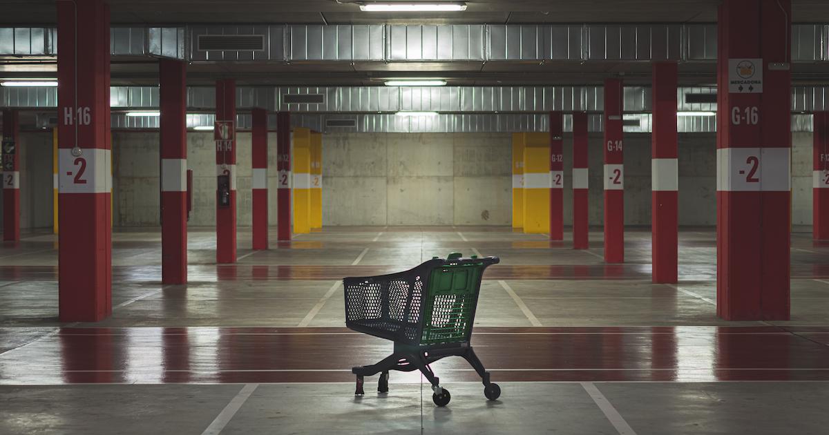 Einkaufswagen in Tiefgarage