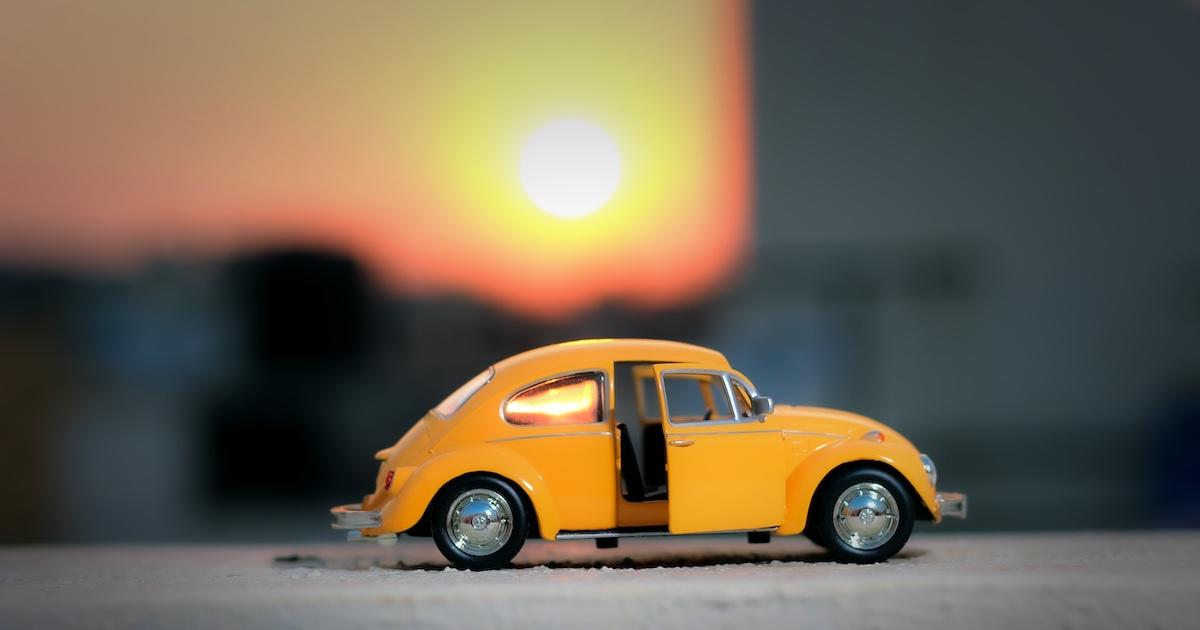 Spielzeugauto im Sonnenuntergang