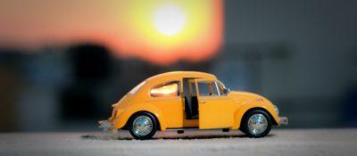 Spielzeugauto im Sonnenuntergung