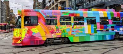 Eine Straßenbahn in Toronto – Teil der Fundamentalökonomie